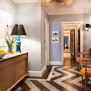 ニューヨークのコンテンポラリースタイルのおしゃれな玄関 (グレーの壁、塗装フローリング、マルチカラーの床) の写真