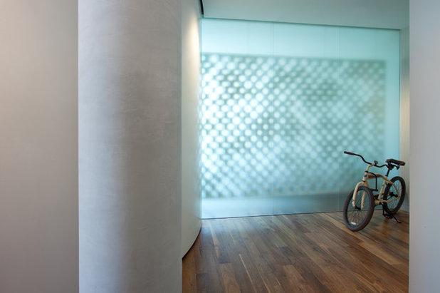Modern Entry by ALTUS Architecture + Design