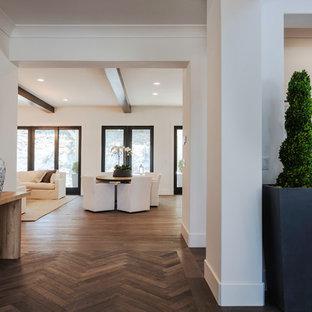 Ejemplo de distribuidor campestre, de tamaño medio, con paredes blancas, suelo de madera en tonos medios y suelo marrón