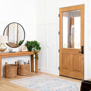 Идея дизайна: большая входная дверь в стиле кантри с светлым паркетным полом, одностворчатой входной дверью, входной дверью из светлого дерева и бежевым полом