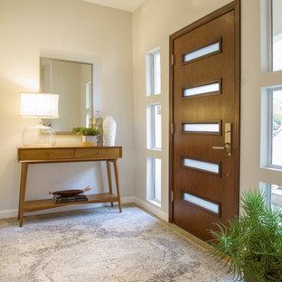 Создайте стильный интерьер: входная дверь в морском стиле с белыми стенами, полом из известняка, одностворчатой входной дверью, входной дверью из дерева среднего тона и желтым полом - последний тренд