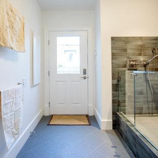 Imagen de vestíbulo posterior costero, de tamaño medio, con paredes blancas, suelo de baldosas de porcelana, puerta simple, puerta blanca y suelo azul