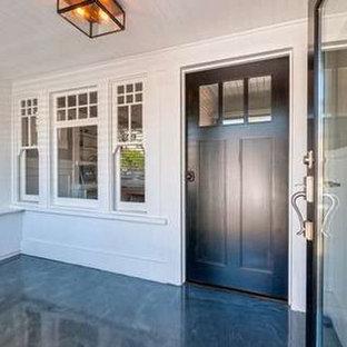 ロサンゼルスの中サイズの片開きドアビーチスタイルのおしゃれな玄関ドア (白い壁、コンクリートの床、濃色木目調のドア、青い床) の写真