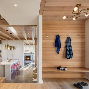 Inspiration pour un hall d'entrée rustique de taille moyenne avec un mur blanc, un sol en bois clair et un sol beige.