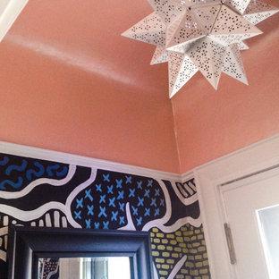 シカゴの中サイズの片開きドアモダンスタイルのおしゃれな玄関ラウンジ (ピンクの壁、濃色無垢フローリング、木目調のドア) の写真