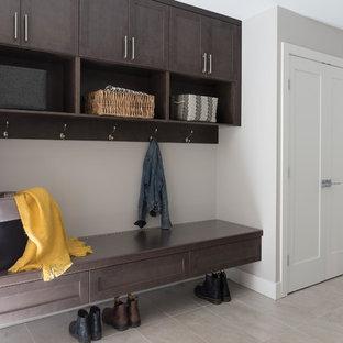 Modelo de entrada minimalista, grande, con paredes grises y suelo vinílico