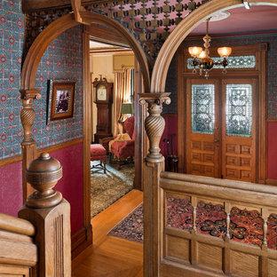 Источник вдохновения для домашнего уюта: фойе в викторианском стиле с разноцветными стенами, паркетным полом среднего тона и двустворчатой входной дверью