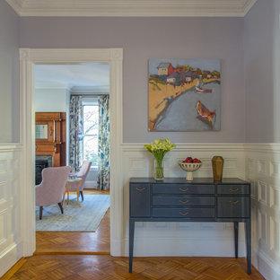 Réalisation d'un hall d'entrée tradition de taille moyenne avec un mur violet, un sol en bois brun et un sol marron.