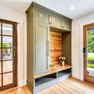 Ispirazione per un ingresso con anticamera contemporaneo con pareti bianche, parquet chiaro, una porta singola, una porta in vetro e pavimento beige