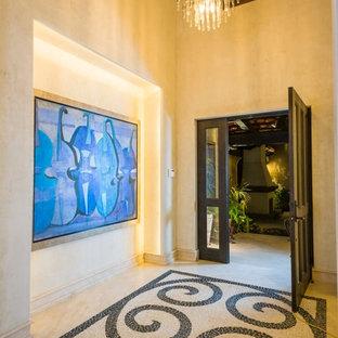 Modelo de puerta principal costera, de tamaño medio, con paredes beige, suelo de mármol, puerta simple y puerta de madera oscura