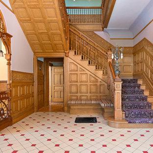 Пример оригинального дизайна интерьера: прихожая в викторианском стиле с разноцветными стенами, полом из керамической плитки и желтым полом