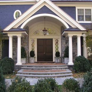ニューヨークの両開きドアヴィクトリアン調のおしゃれな玄関ドア (濃色木目調のドア) の写真