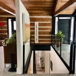 Idéer för en stor modern foajé, med vita väggar, klinkergolv i porslin, en enkeldörr, en svart dörr och grått golv