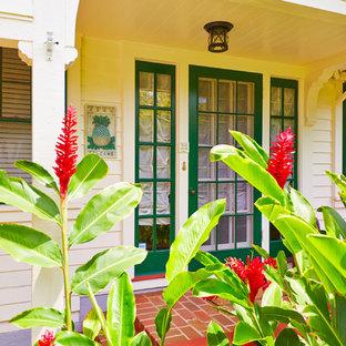 Cette photo montre une porte d'entrée exotique avec une porte pivot et une porte verte.