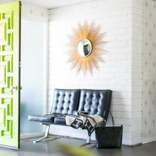 Idéer för att renovera en stor retro foajé, med vita väggar, klinkergolv i keramik, en grön dörr och grått golv