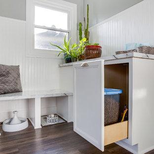 Idées déco pour une petit entrée classique avec un vestiaire, un mur gris et sol en stratifié.