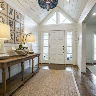 Imagen de hall marinero con paredes blancas, suelo de madera en tonos medios, puerta simple y puerta blanca