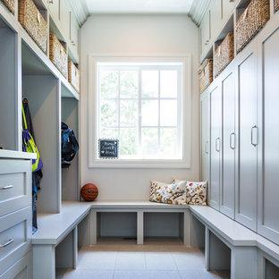Exemple d'une entrée chic avec un vestiaire et un mur blanc.