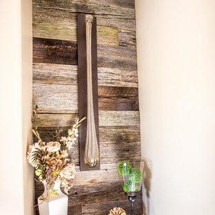 Неиссякаемый источник вдохновения для домашнего уюта: маленькая входная дверь в стиле шебби-шик с белыми стенами, полом из керамической плитки, одностворчатой входной дверью и черной входной дверью