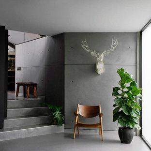 Foto på en mellanstor industriell foajé, med grå väggar