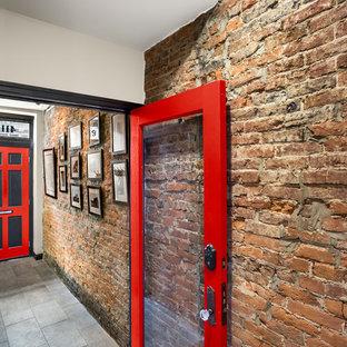 Modelo de hall urbano, grande, con paredes rojas, suelo de pizarra, puerta simple y puerta roja