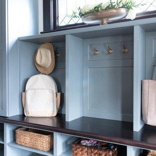 Inspiration pour un hall d'entrée craftsman de taille moyenne avec un mur blanc, un sol en bois clair, une porte simple, une porte en bois foncé et un sol marron.