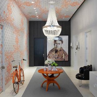 Inspiration för en mellanstor funkis foajé, med flerfärgade väggar, en enkeldörr, en svart dörr och klinkergolv i porslin