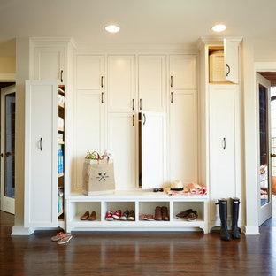 Idee per un ingresso con anticamera tradizionale con pareti beige e parquet scuro