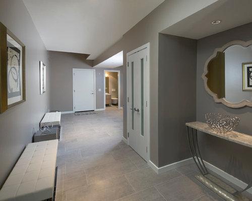 Hall d 39 entr e avec un sol en carrelage de c ramique et une porte grise photos et id es d co de - Idee amenagement hall d voorgerecht ...