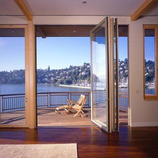 Cette image montre une porte d'entrée design avec une porte pivot.