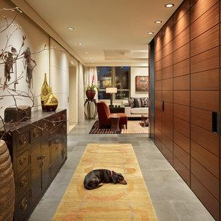 Ispirazione per un corridoio minimal con pareti beige