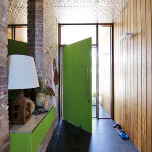 Неиссякаемый источник вдохновения для домашнего уюта: прихожая среднего размера в стиле ретро с зеленой входной дверью и черным полом