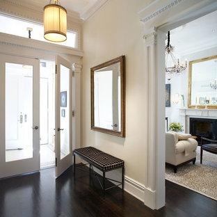Inspiration för en stor vintage farstu, med beige väggar, en dubbeldörr och glasdörr