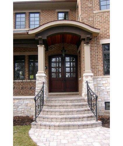Traditional Entry by Follyn Builders & Developers