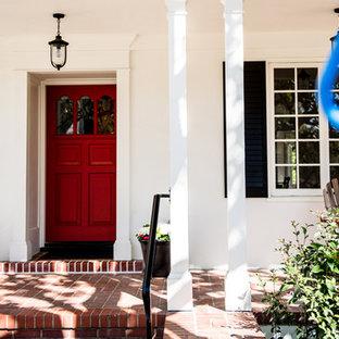 サンフランシスコの中くらいの片開きドアトラディショナルスタイルのおしゃれな玄関 (白い壁、レンガの床、赤いドア、赤い床) の写真
