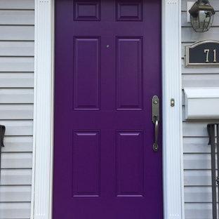 Idée de décoration pour une entrée avec une porte simple et une porte violette.