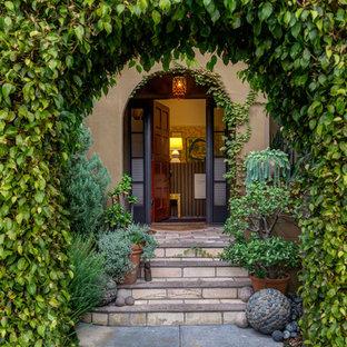 Diseño de puerta principal tradicional con puerta roja