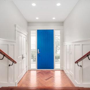 Inspiration för en mellanstor vintage ingång och ytterdörr, med vita väggar, mellanmörkt trägolv, en enkeldörr och en blå dörr