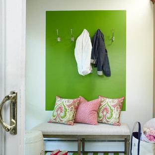 ニューヨークの小さい片開きドアトランジショナルスタイルのおしゃれな玄関ラウンジ (緑の壁、無垢フローリング、白いドア) の写真