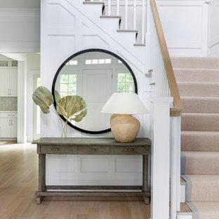 Идея дизайна: большое фойе в классическом стиле с белыми стенами, светлым паркетным полом, одностворчатой входной дверью, белой входной дверью и коричневым полом
