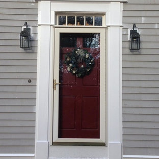 Ejemplo de puerta principal tradicional renovada, de tamaño medio, con puerta simple y puerta roja