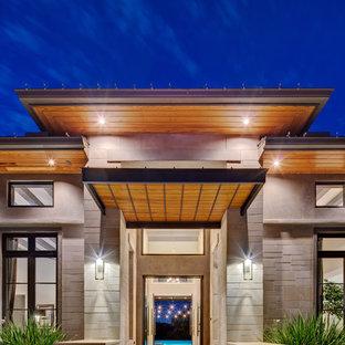Idee per un ingresso o corridoio design con pareti grigie, pavimento in pietra calcarea, una porta a due ante e una porta in metallo