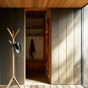 Moderner Eingang mit Drehtür in Seattle