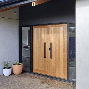 Inspiration för en liten funkis ingång och ytterdörr, med grå väggar, granitgolv, en dubbeldörr och ljus trädörr