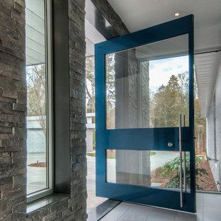 シャーロットの中くらいの回転式ドアモダンスタイルのおしゃれな玄関ロビー (白い壁、セラミックタイルの床、金属製ドア、グレーの床) の写真