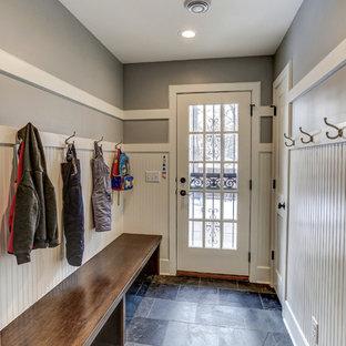 Bild på ett litet vintage kapprum, med grå väggar, skiffergolv, en enkeldörr, glasdörr och grått golv