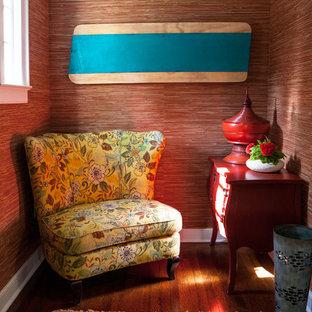 Свежая идея для дизайна: маленький вестибюль в восточном стиле с красными стенами, паркетным полом среднего тона, одностворчатой входной дверью, входной дверью из темного дерева и зеленым полом - отличное фото интерьера