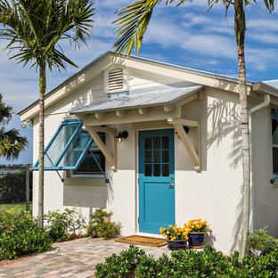 Idéer för att renovera en tropisk ingång och ytterdörr, med en enkeldörr och en blå dörr