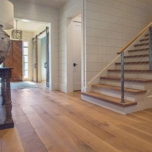 Großer Country Eingang mit Foyer, weißer Wandfarbe, braunem Holzboden und hellbrauner Holztür in Atlanta