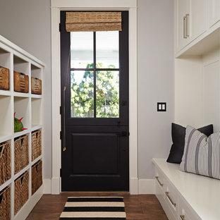 オレンジカウンティのダッチドアトランジショナルスタイルのおしゃれなマッドルーム (グレーの壁、無垢フローリング、黒いドア) の写真